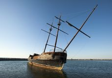 在安大略湖,加拿大的被放弃的小船 免版税库存照片