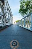 在安徒生桥梁的人孔盖在小游艇船坞海湾附近 图库摄影