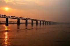 在安拉阿巴德市的惊人的不尽的桥梁日落 免版税图库摄影