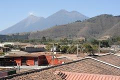 在安提瓜岛附近的Vulconos开火和阿卡特南戈火山 免版税库存图片