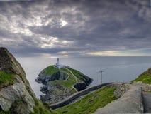 在安格尔西岛,威尔士英国的南堆灯塔 免版税库存照片