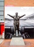 在安菲尔德体育场,利物浦,英国的比尔Shankey雕象 库存图片