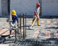 在安装托梁之上的地板在被已造形的钢筋混凝土 免版税库存照片