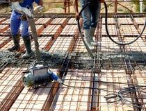 在安装托梁之上的楼层在被已造形的钢筋混凝土 库存照片