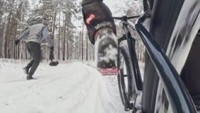 在安装的框架的行动凸轮后边 特写镜头pov视图 骑在室外的专业极端运动员骑自行车的人肥胖自行车 股票视频