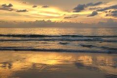 在安达曼海的金黄日落 免版税图库摄影