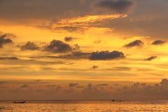 在安达曼海的金黄日落 库存照片