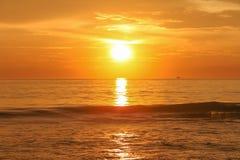 在安达曼海的金黄日落 库存图片