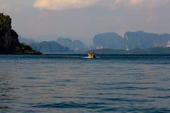 在安达曼海的长尾巴小船 图库摄影