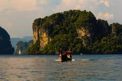 在安达曼海的长尾巴小船 免版税图库摄影