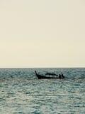 在安达曼海,泰国现出轮廓地方渔船 库存照片
