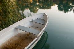 在安静和相当湖的老小船 免版税图库摄影