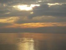 在安静的水的日落 免版税库存照片