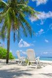 在完善的两张海滩睡椅 免版税库存照片