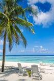 在完善的两张海滩睡椅 库存照片