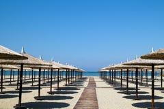 在完善的热带海滩的伞 图库摄影