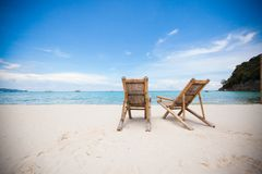在完善的热带白色沙子的两张海滩睡椅 库存照片