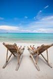 在完善的热带白色沙子的两张海滩睡椅 库存图片