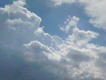 在完善的蓝天的大白色云彩 免版税库存图片