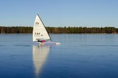 在完善的黑冰的冰上滑行船 免版税库存图片
