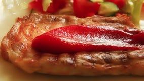 在完成的牛排倒的番茄酱 股票视频