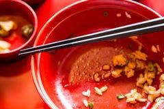 在完成的饭碗的筷子 免版税图库摄影