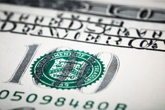在宏观透镜的特写镜头射击几百美元钞票 库存照片