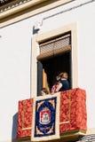 在宗教队伍期间装饰的阳台在复活节星期 免版税库存照片