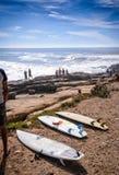 在定位点, Taghazout海浪村庄,阿加迪尔,摩洛哥的冲浪板 免版税库存图片