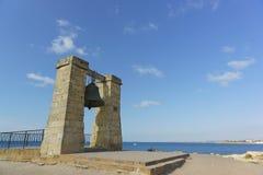 在定向塔的警钟-市的历史的纪念碑塞瓦斯托波尔,位于Tauric Chersonesos检疫海湾  库存照片