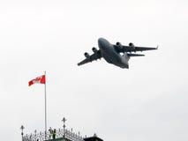 在定点飞越的C-17 Globemaster荣誉国庆节的在加拿大 库存照片
