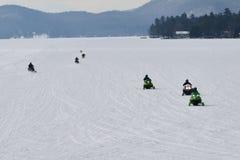 在宜人的湖的七辆雪上电车 库存图片