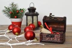 在宝物箱的圣诞节信件 库存照片