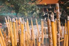 在宝莲寺的灼烧的香火 免版税库存照片
