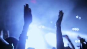 在实况音乐节日的音乐会人群 股票录像