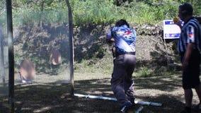 在实用射击的实践训练期间供以人员火手枪