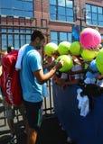 在实践以后的职业网球球员马林Cilici签署的题名的美国公开赛2014年 免版税库存照片