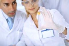 在实验室学习物质或血样的科学研究员队  药理industr的新的疫苗 免版税库存照片