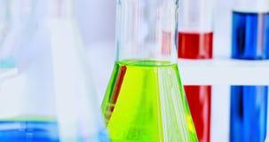 在实验室屋子里迅速移动绿色烧瓶场面录影  股票视频