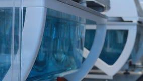 在实验室烧瓶溶化的药片 股票视频