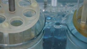 在实验室烧瓶溶化的药片 股票录像