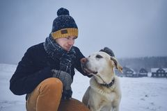 在宠物所有者和他的狗之间的友谊 图库摄影
