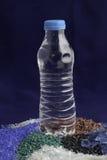 在宠物水瓶外面的被回收的塑料聚合物 免版税库存照片