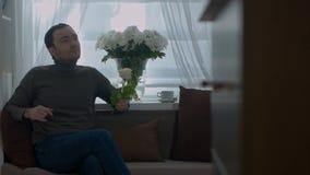 在客厅供以人员气味一朵玫瑰和作梦关于他的妻子 股票视频