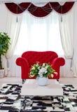 在客厅内部的红色古典扶手椅子 库存图片