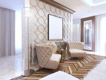 在客厅艺术装饰的两把设计师皮革扶手椅子 免版税库存图片