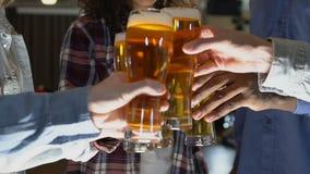 在客栈的人使叮当响的啤酒杯,与最好的朋友,放松 影视素材