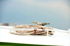 在客船的绳索 库存图片