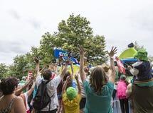 在宣传有蓬卡车期间的人群-环法自行车赛2015年 库存照片