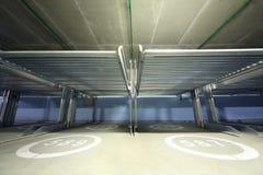 在室内两层的停车处里面的Electrolifts 免版税库存图片